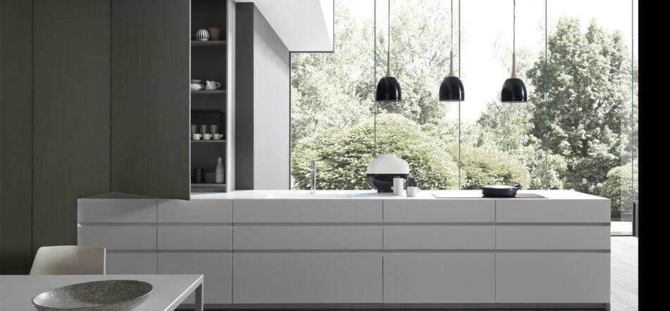 MODULNOVA 9 Cucina mod. FLY in laccato opaco con piano in CORIAN bianco e vasca integrata. Colonne BLADE in laccato opaco